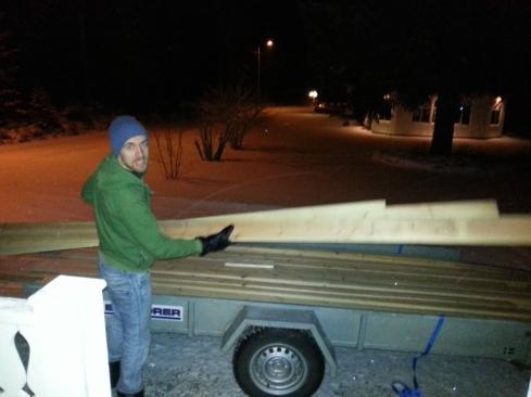 Hannes lastar av panel från släpvagnen