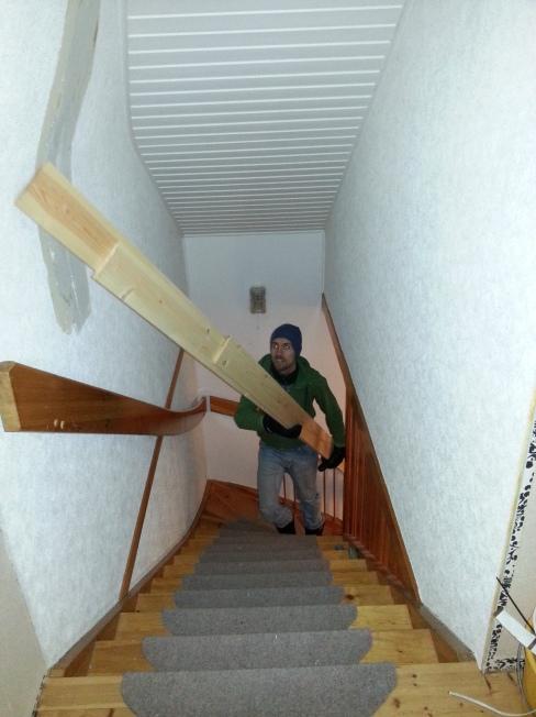 Hannes bär upp panelen för trappan