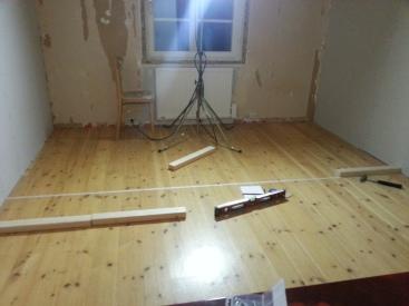 väggarna markerade med tejp på golvet